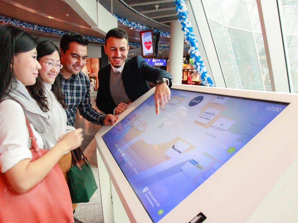 Eingebettet in die neue Omnichannel Strategie - neues Interactive Airport Desk im Einsatz (Foto: Fraport AG)