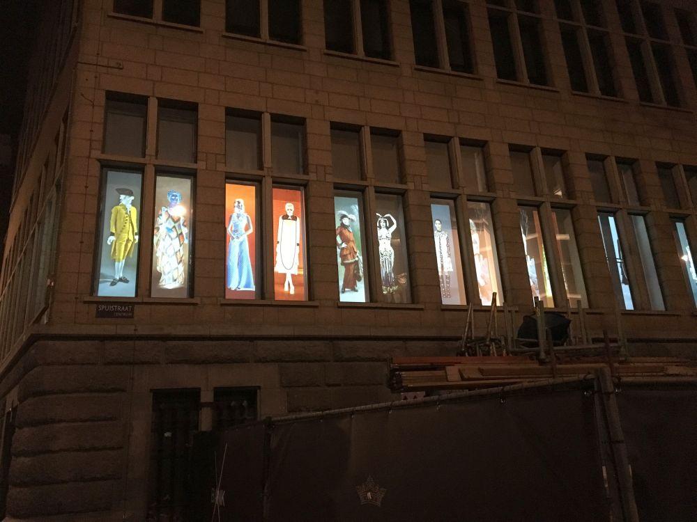 Für die Rückprojektion im Schaufenster wurden 16 Player und 16 Projektoren genutzt (Foto: sedna)