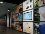 Im Ausstellungsbereich unterstützen Screens die ebenfalls installierten analogen Medien (Foto: mirabyte)