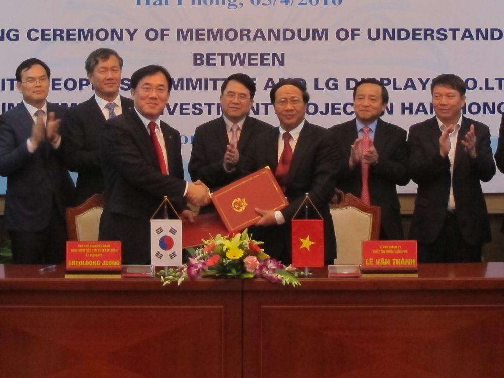 LG Display Chief Production Officer Jeong Cheol-dong (3. v.l.) bei der Unterzeichnung des vertrags mit vietnamesischen Partnern (Foto: LG Display)
