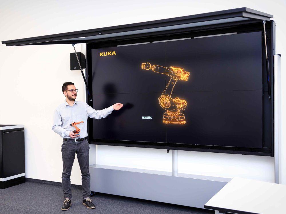 Maßarbeit für die KUKA Collges - spezielle Technik erlaubt schnellen Zugang zu den Screens (Foto: Eyevis)