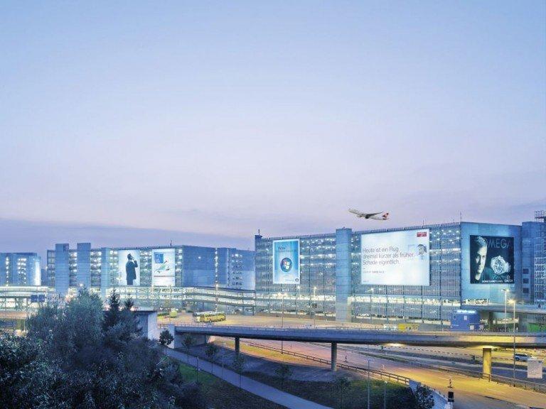 Megaposter am Airport Zürich (Foto: Clear Channel)