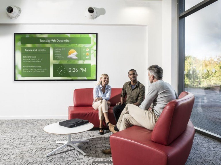 Neuer Sony 4K Screen FWD-85X9600P im Empfangsbereich eines Unternehmens (Foto: Sony)