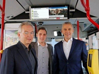 STW-Mobilitätschef Reinhold Luschin (li.), PSG-Sales-Manager David Kovacevic und Infoscreen-Geschäftsführer Franz Solta (re.) freuen sich über den Vollausbau (Foto: Infoscreen)