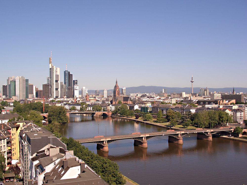 Vom Großraum Düsseldorf geht es Richtung Main - Skyline von Frankfurt (Foto: PIA Stadt Frankfurt am Main / Tanja Schäfer)