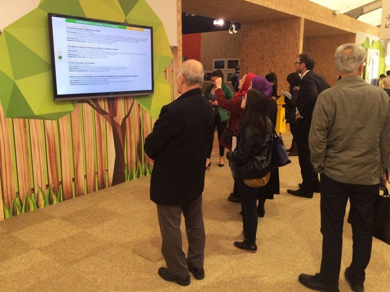 Weltklimakonferenz 2015 in Paris - Digital Signage Screen bei COP21 (Foto: Tripleplay)