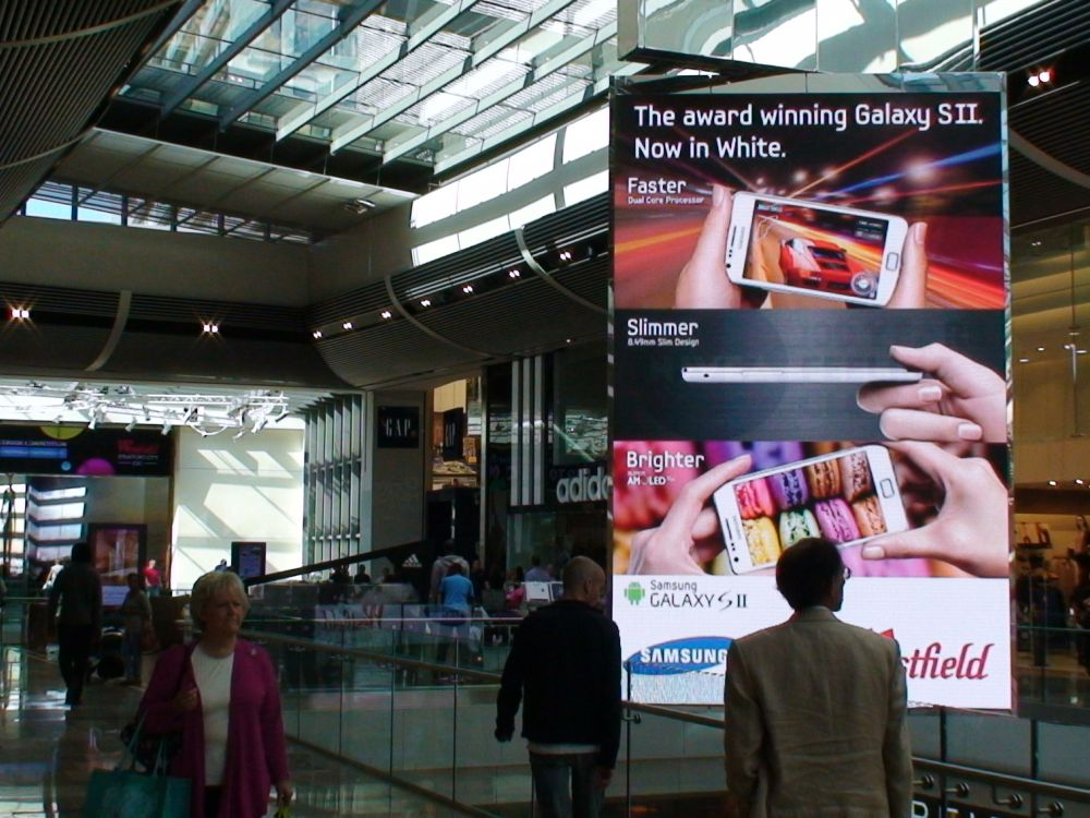 Auf Scala laufender Screen in der Shopping Mall Westfield Stratford City (Foto: Scala)