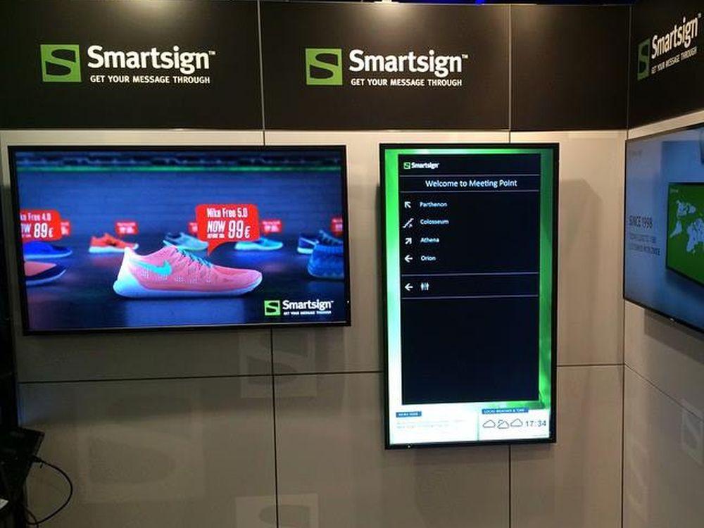 Auf Smartsign laufende Screens auf einer Messe (Foto: Smartsign)