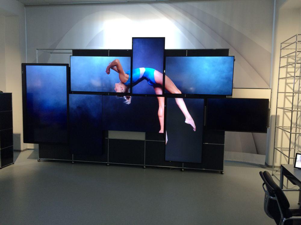 Die Screens wurden an einer USM Haller Montagewand befestigt (Foto: Kern & Stelly)