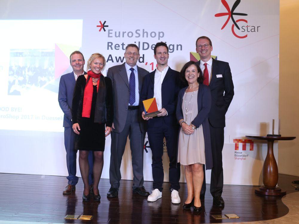 EHI- und EuroShop-Team mit den ERDA-Gewinnern von Vitra & Camper (Foto: XiaoXin Wang)