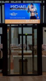 Estrel Berlin - im Aufzugsbereich installierter Screen (Foto: Alexej Vekslarski)