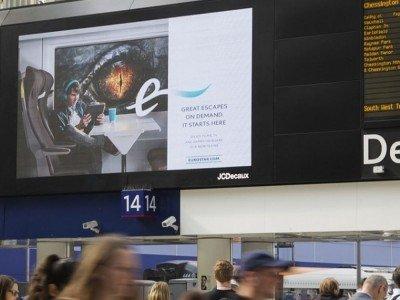 Eurostar Kampagne auf einem Screen an einem Londoner Bahnhof (Foto: JCDecaux)