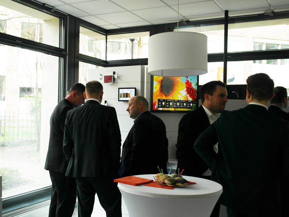 Gäste bei Eröffnung des Showrooms in Berlin (Foto: NEXGEN smart instore)