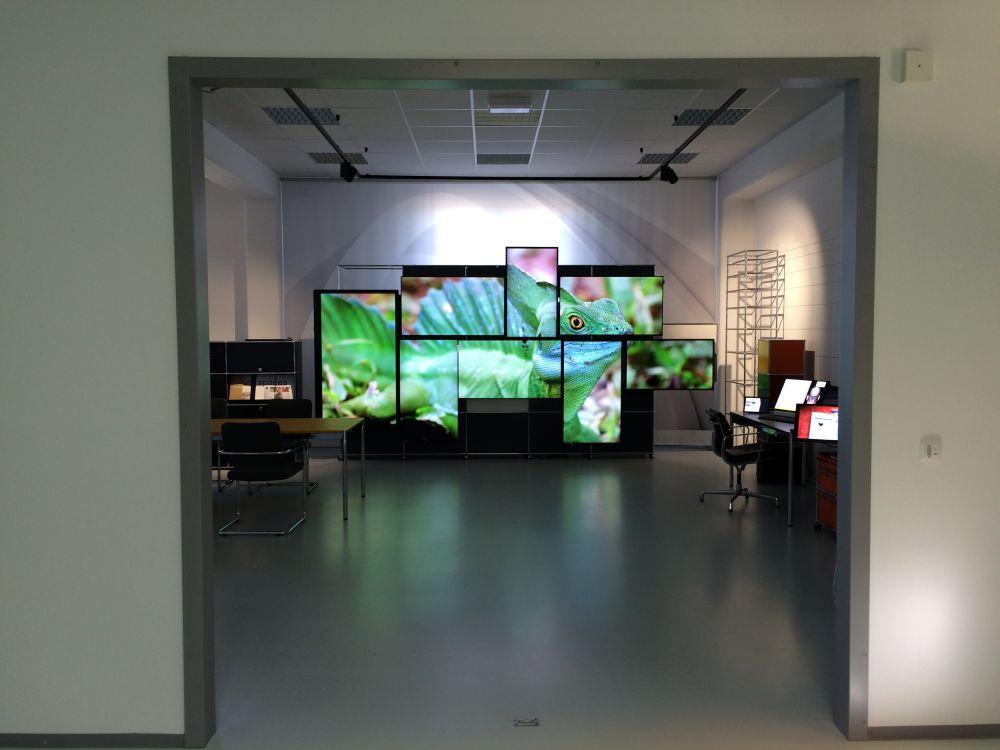 Genutzt wurden Displays verschiedener Hersteller in diversen Größen und Ausrichtungen (Foto: Kern & Stelly)