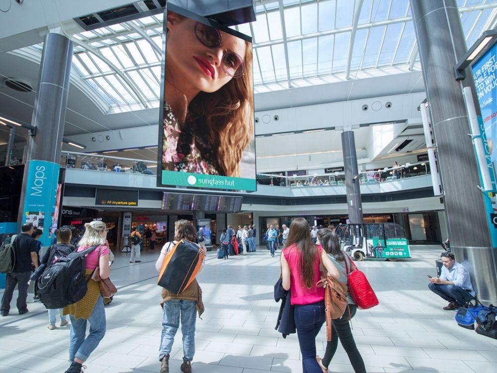 Großes LED Board am Airport Gatwick (Foto: Airport Media Ltd.)