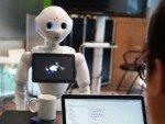 Mehr als Kindchen-Schema und blinkende Augen - Roboter Pepper nutzt eine mächtige Plattform (Foto: MasterCard)