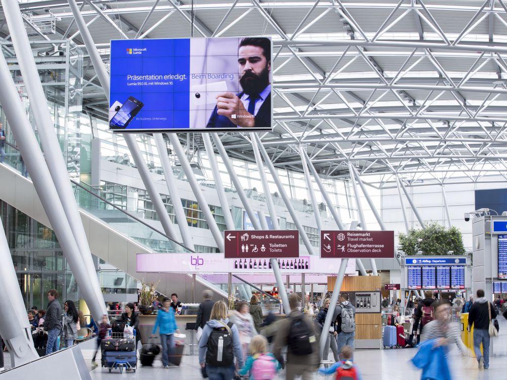 Microsoft gehört zu den ersten Kunden, die die neue Doppel-Video Wall nutzen (Foto: Flughafen Düsseldorf / Andreas Wiese)
