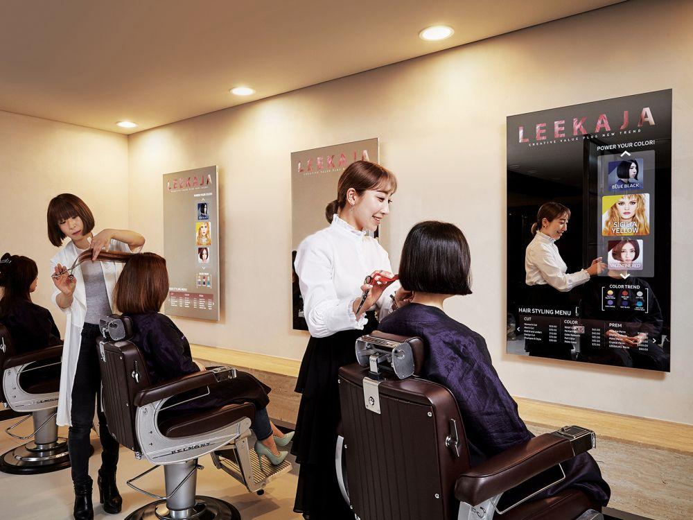 Mirror Screens in einem Leekaja Hairbis Salon in Seoul (Foto: Samsung)