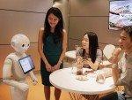 Pepper und Kunden - wie viel Trinkgeld ist eigentlich angemessen für einen Roboter? (Foto: MasterCard)