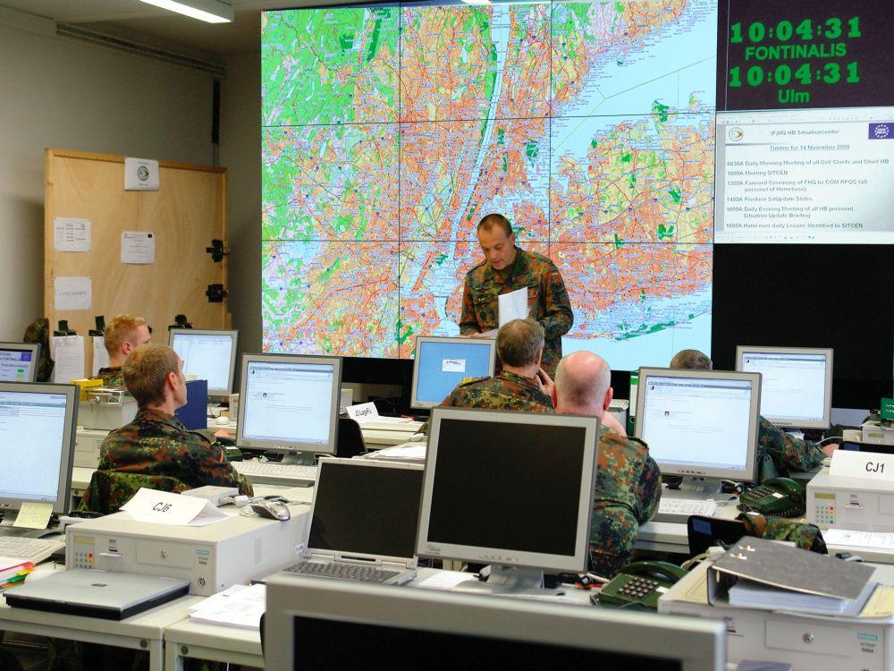 Video Wall Lösung von eyevis in einem Kontrollraum der Bundeswehr (Foto: eyevis)
