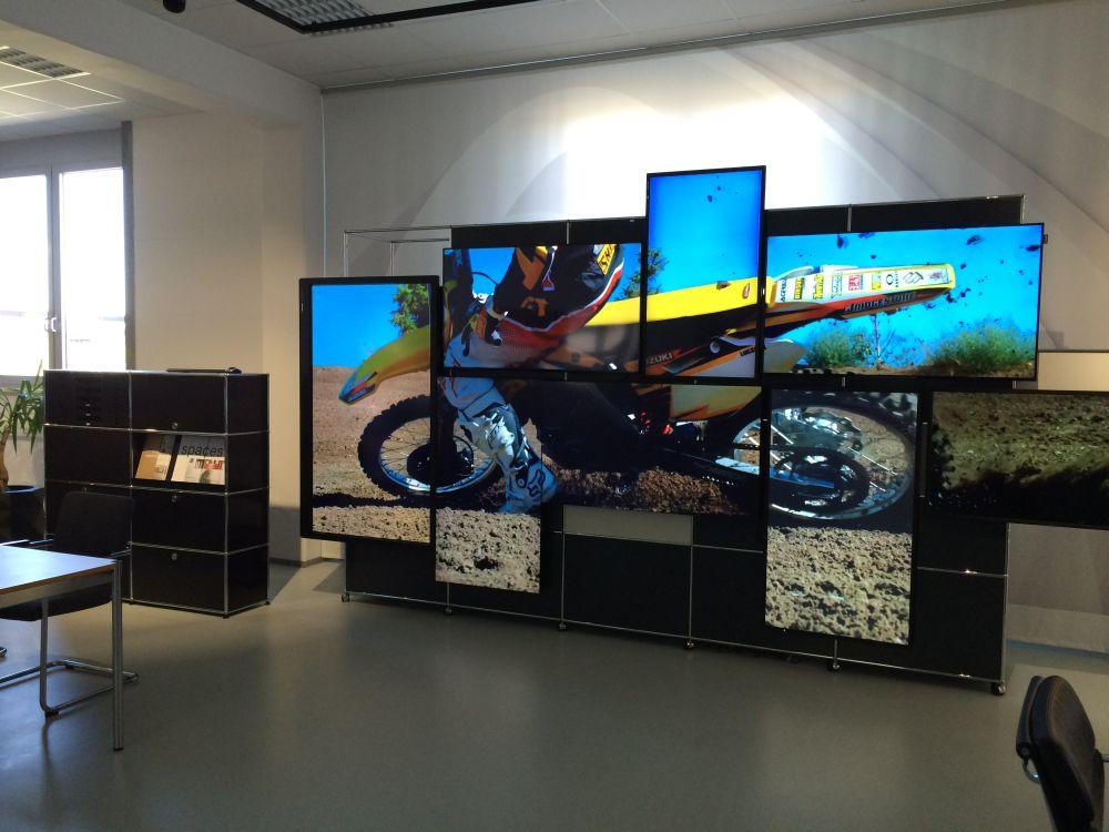 Video Wall bei der Hausmesse von Walther Büroorganisation und Einrichtung GmbH (Foto: Kern & Stelly)
