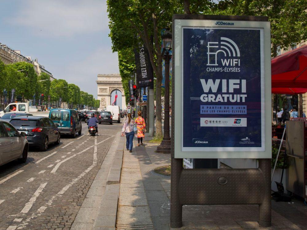 An den Champs-Élysées ist jetzt ein großes Free WiFi Netz in Betrieb gegangen (Foto: JCDecaux)