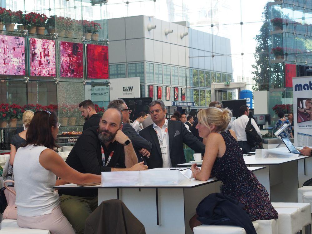 Besucher des DSS Europe 2016 beim Gespräch (Foto: invidis)