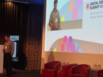 Brad Gleeson von CIVIQ Smartscapes bei seiner Keynote (Foto: invidis)