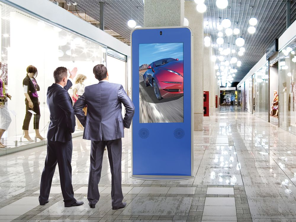 Curved Digital Signage Kiosk von Peerless-AV in einer Shopping Mall (Foto: Peerless-AV)