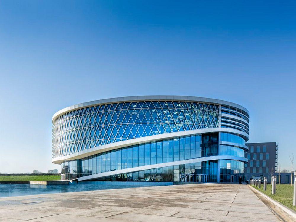 Der One Campus von außen - Barcos neue Zentrale in Kortrijk (Foto: Barco)