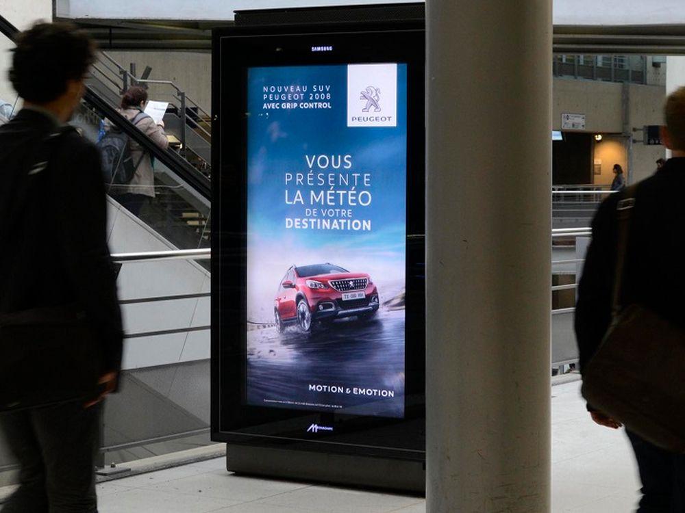 Echtzeit-Kampagne für Peugeot auf Screen von Mediagares (Foto: Metrobus)