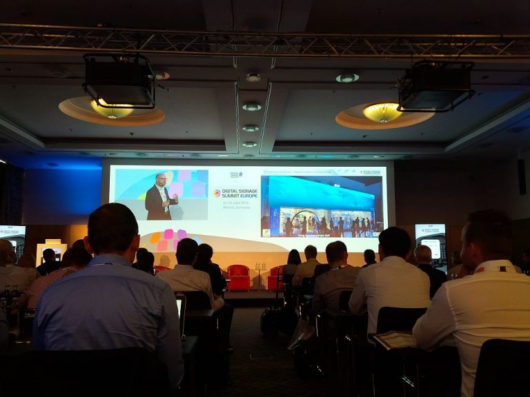 Publikum des DSS Europe 2016 bei der Keynote Turning Stores Into Stories von Oliver Schwede (Foto: invidis)