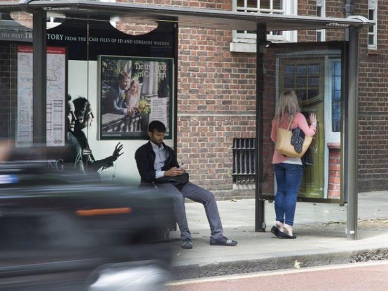 Schauriges Street Furniture - Kampagne für The Conjuring 2 (Foto: JCDecaux)