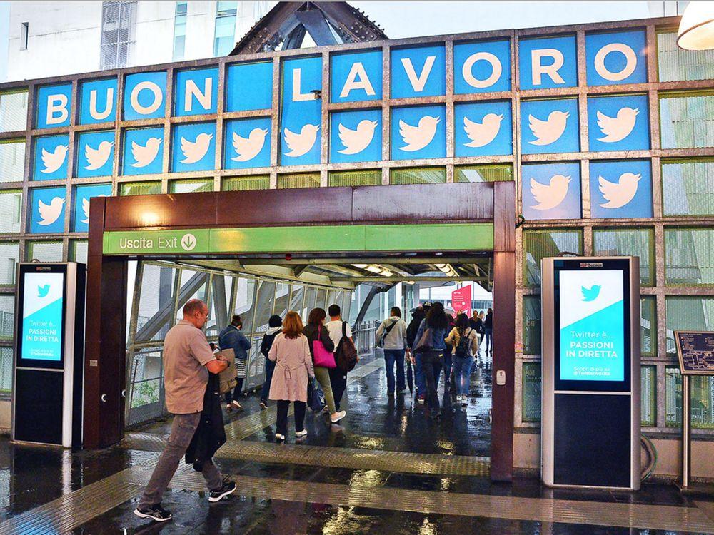 Screens begrüßen die Nutzer der Metro Station (Foto: IGPDecaux)