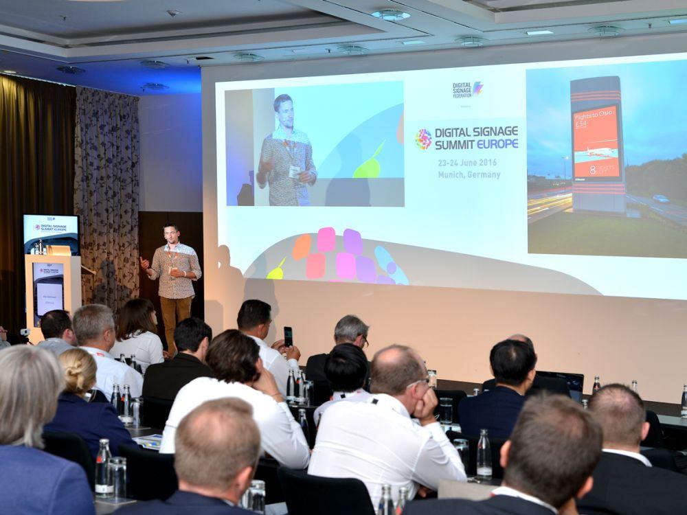 Alex Matthews von JCDecaux bei seiner Präsentation auf dem DSS Europe 2016 (Foto: Frank-Dietmar Böhm)
