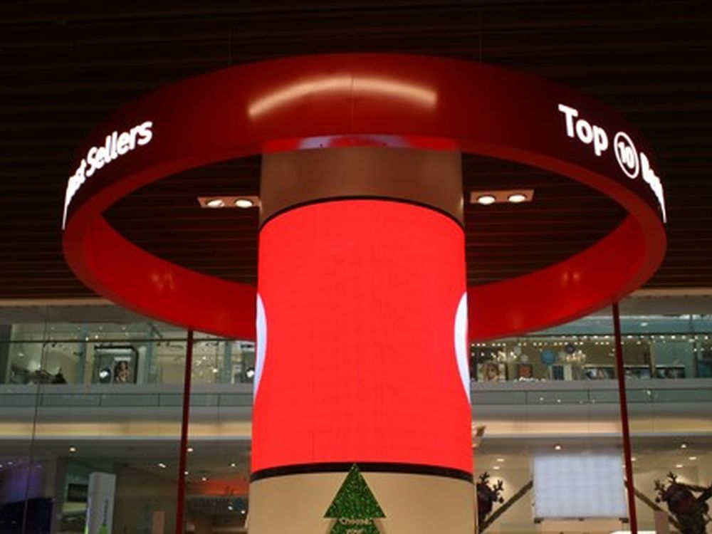 Curved Signage-Säule im Westfield Shopping Centre (Foto: Brightsign)