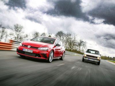 Gegenwart und Vergangenheit - aktueller VW Golf und Golf I (Foto: Volkswagen)