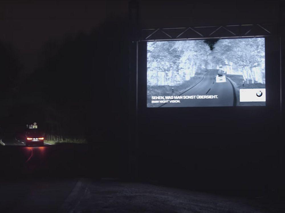Mit großen LED Videoboards und eigener Technologie warb BMW an Österreichs Landstraßen (Screenshot: invidis)