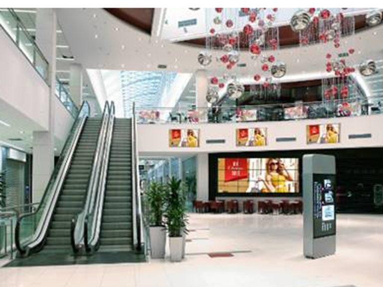 Displays der neuen EF1 Serie im Einsatz in einem Enkaufszentrum (Foto: Panasonic)