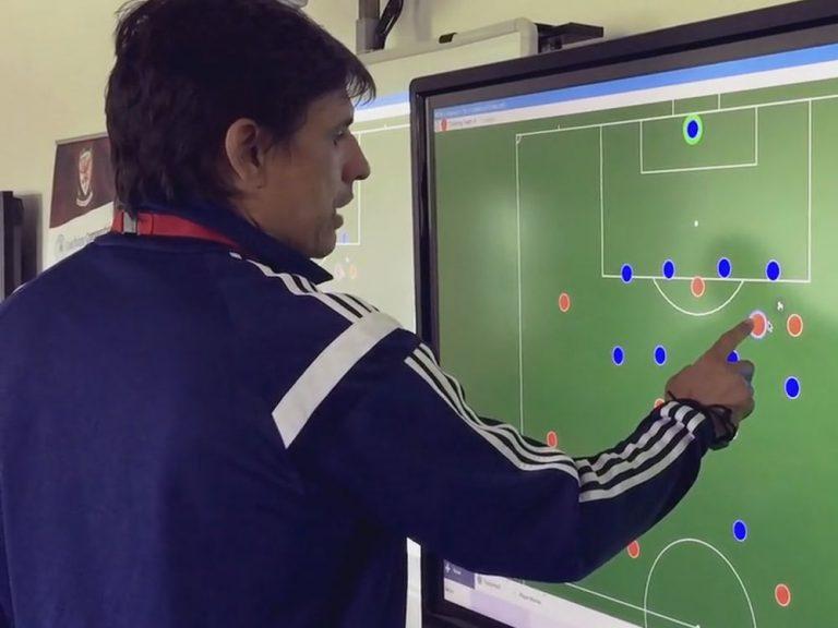 Wales' Trainer Chris Coleman bei der Arbeit am Interactive Whiteboard (Screenshot: invidis)