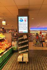 Werbung für Payback an einem Screen in der Abteilung Obst und Gemüse (Foto: NEXGEN smart instore)