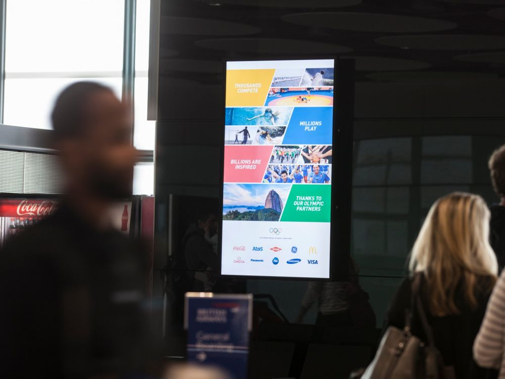 Aktuelle Olympia 2016 Kampagne des IOC auf einem DooH Screen in Heathrow (Foto: JCDecaux)