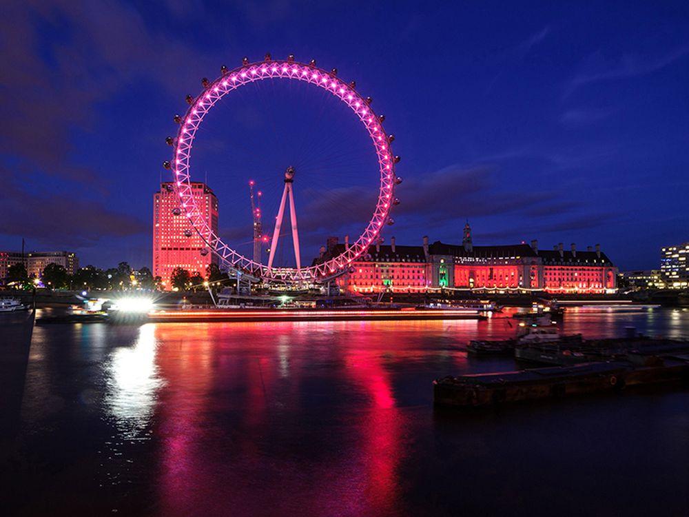 Das Schub-Schiff mit dem 100 m langen LED Screen auf der Themse (Foto: d3 Technologies)