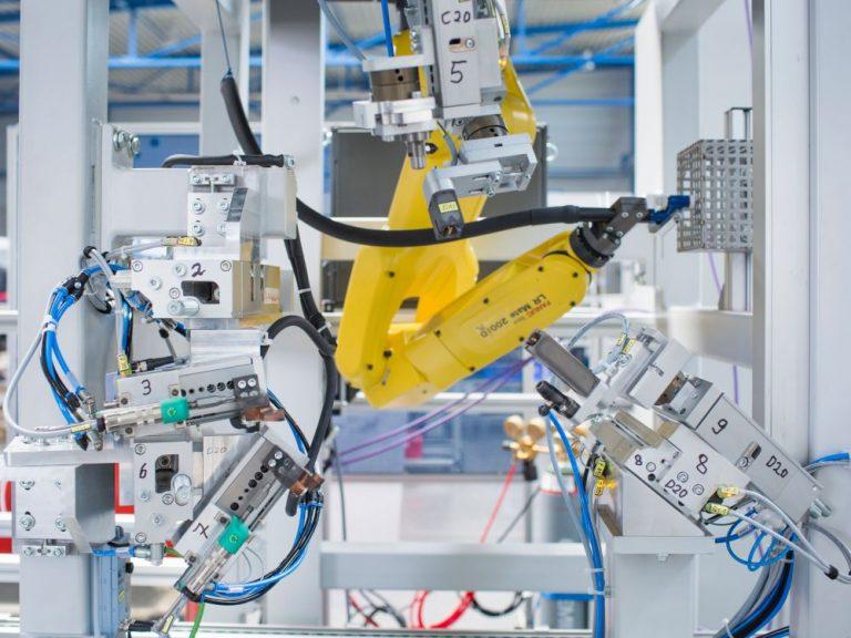 Digitalisierung in der Industrie - Maschine mit Roboter beim deutschen Maschinenbauer Schnaithmann (Foto: KfW-Bildarchiv / Espen Eichhöfer, OSTKREUZ)