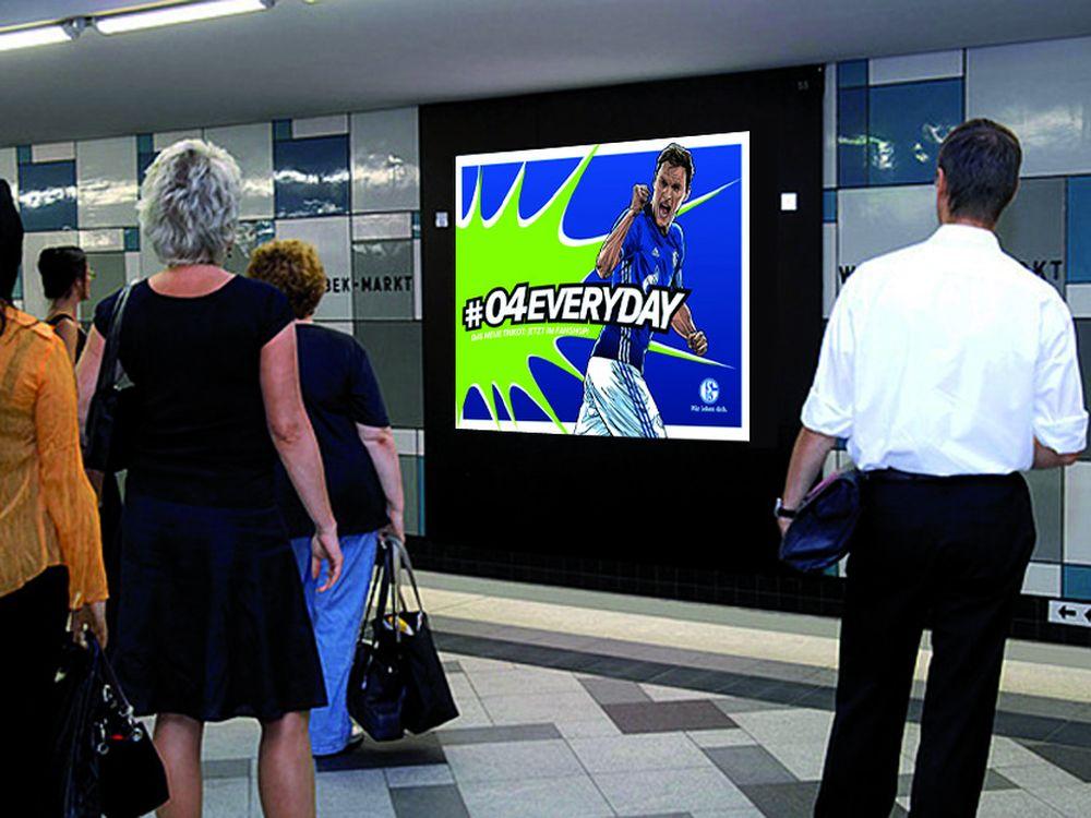DooH Kampagne für Schalke auf Infoscreen im Ruhrgebiet (Foto: 1-2-3-Plakat.de)
