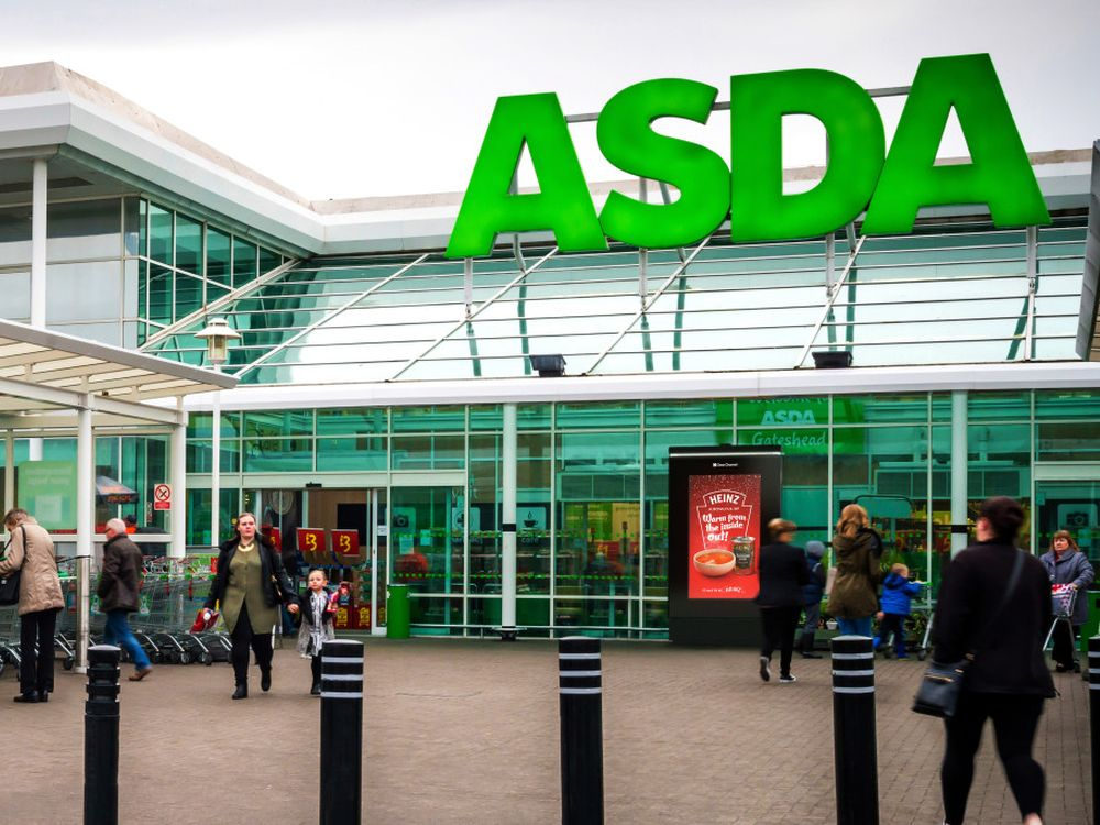 DooH Screen vor einem ASDA Supermarkt (Foto: Clear Channel UK)
