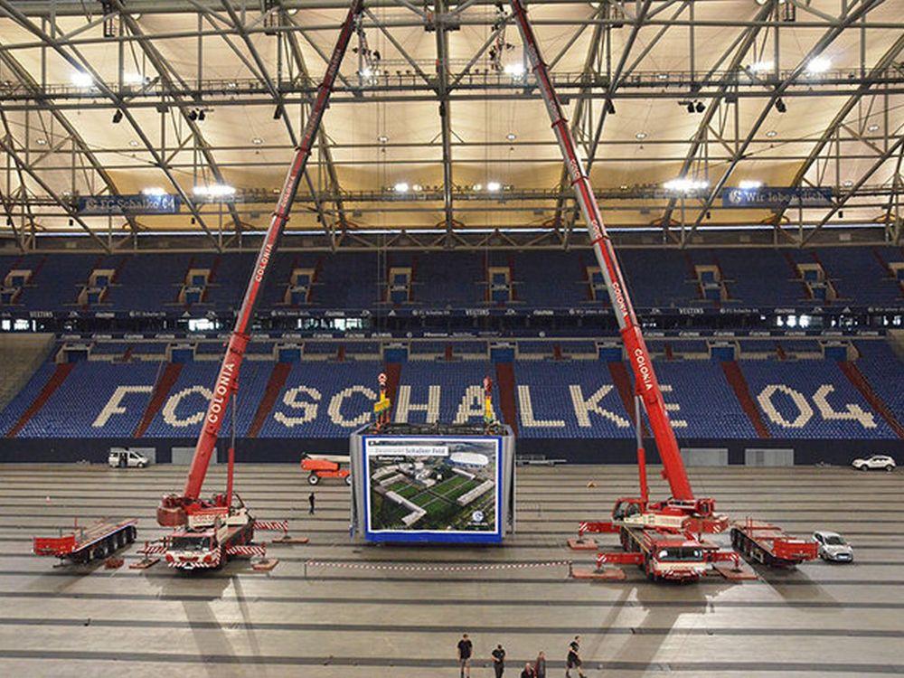 Europas größter Videowürfel bei der Montage in Gelsenkirchen (Foto: Hisense)