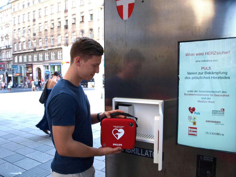 Gemeinsam mit einem weiteren Helfer bewahrte Niklas Palt einen Mann vor dem plötzlichen Herztod (Foto: Gewista)