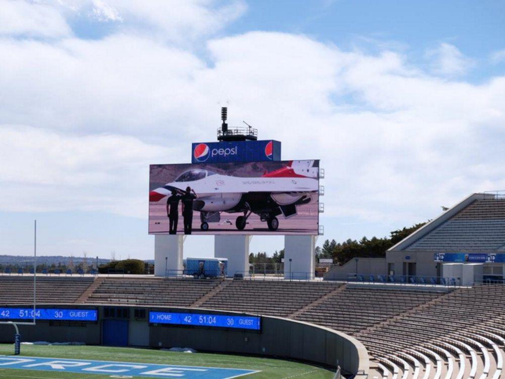 Im Jahr 2016 installierter LED Screen im Footballstadium der U.S. Air Force Academy (Foto: Daktronics)