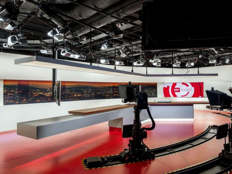 """Neue LED Video Wall im """"10vor10"""" Studio (Foto: SRF / Oscar Alessio)"""